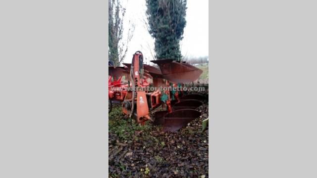 varie ARATRO TRIVOMERE KVERNELAND 240-100, Attrezzatura per la lavorazione del terreno usata